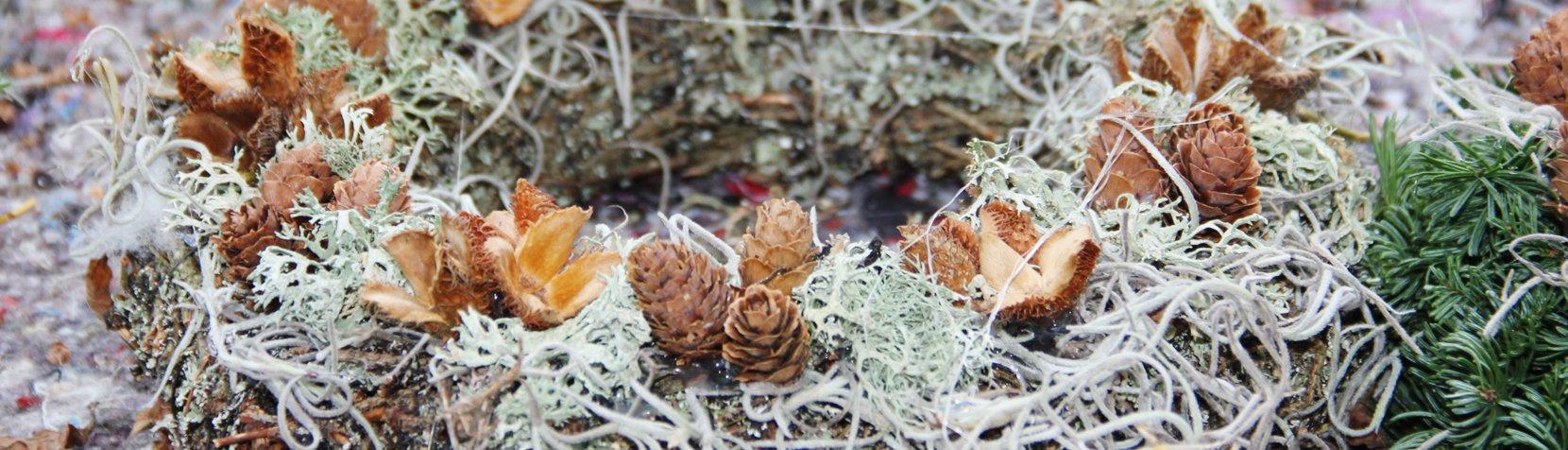Krans med gran og mos fremstillet af brugerne på Naturværkstedet