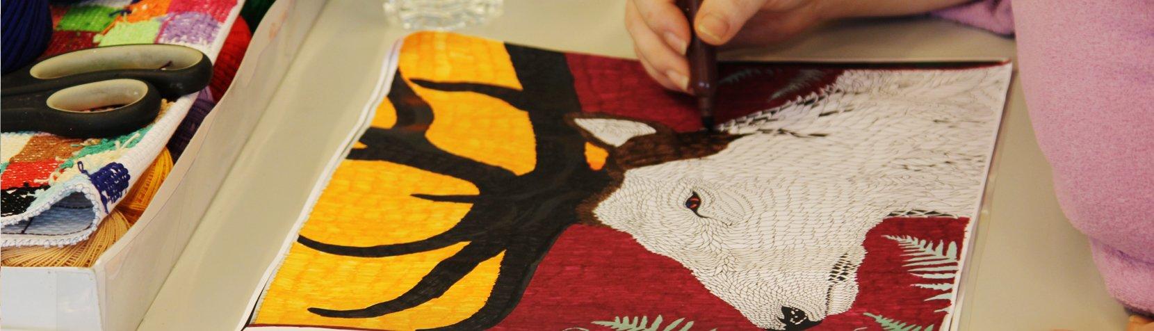 En af brugerne i Kreativ produktion er ved at færdiggøre en tegning af en kronhjort