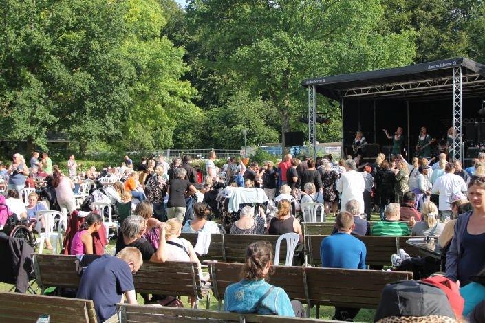 Gasoline optræder for et stort publikum på Ebberød Musikfestival