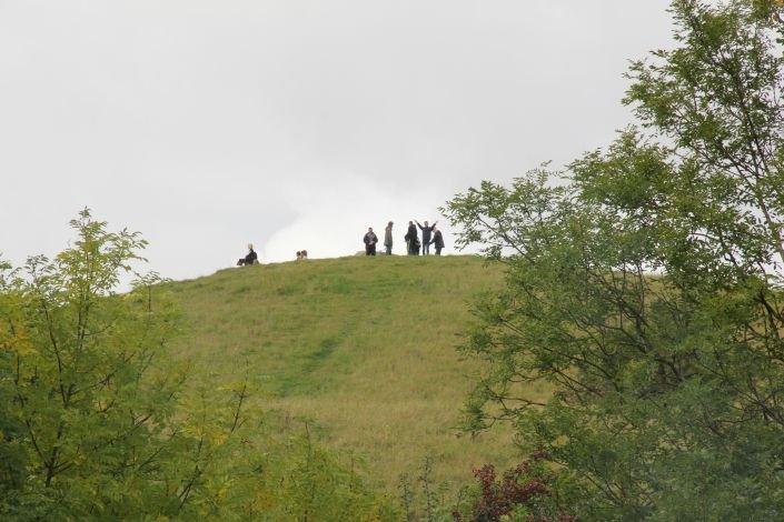 Brugere på toppen af en bakke ved Naturcenter Herstedhøje