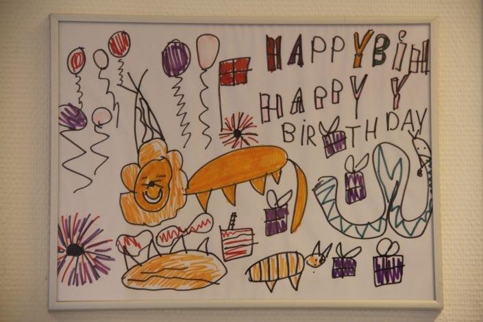 Tegning med fødselsdagshilsen på whiteboard tavle