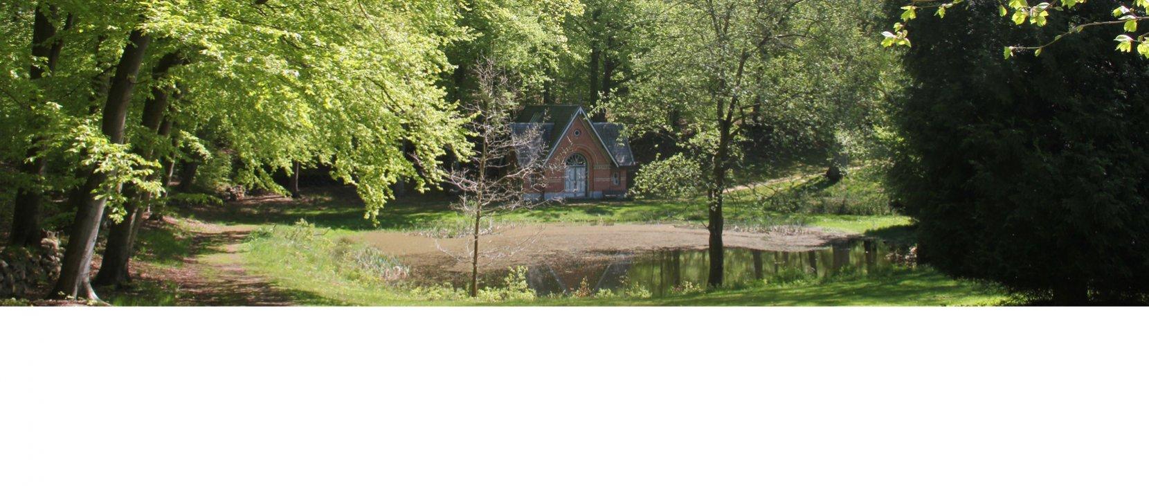 Foto af det lille kapel der ligger i skoven tæt ved Rude Skov