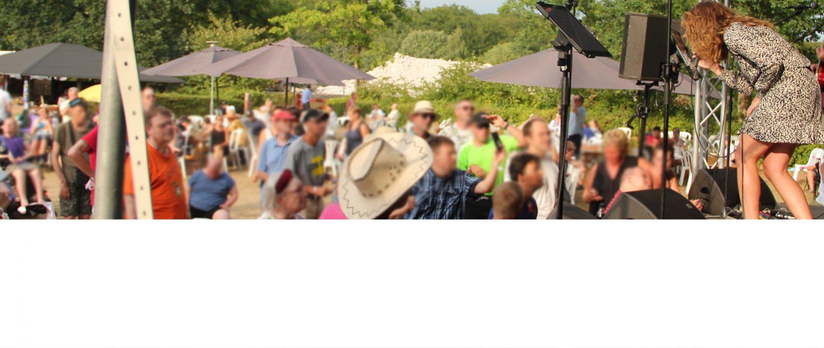 Gruppen Millas optræder foran et begejstret publikum på musikfestivalen