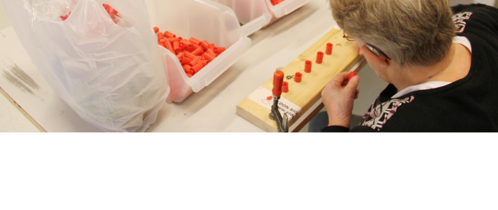 Monteringsværkstedet løser mange forskellige typer af opgaver for private firmaer, her arbejdes der med røde plastikdimser