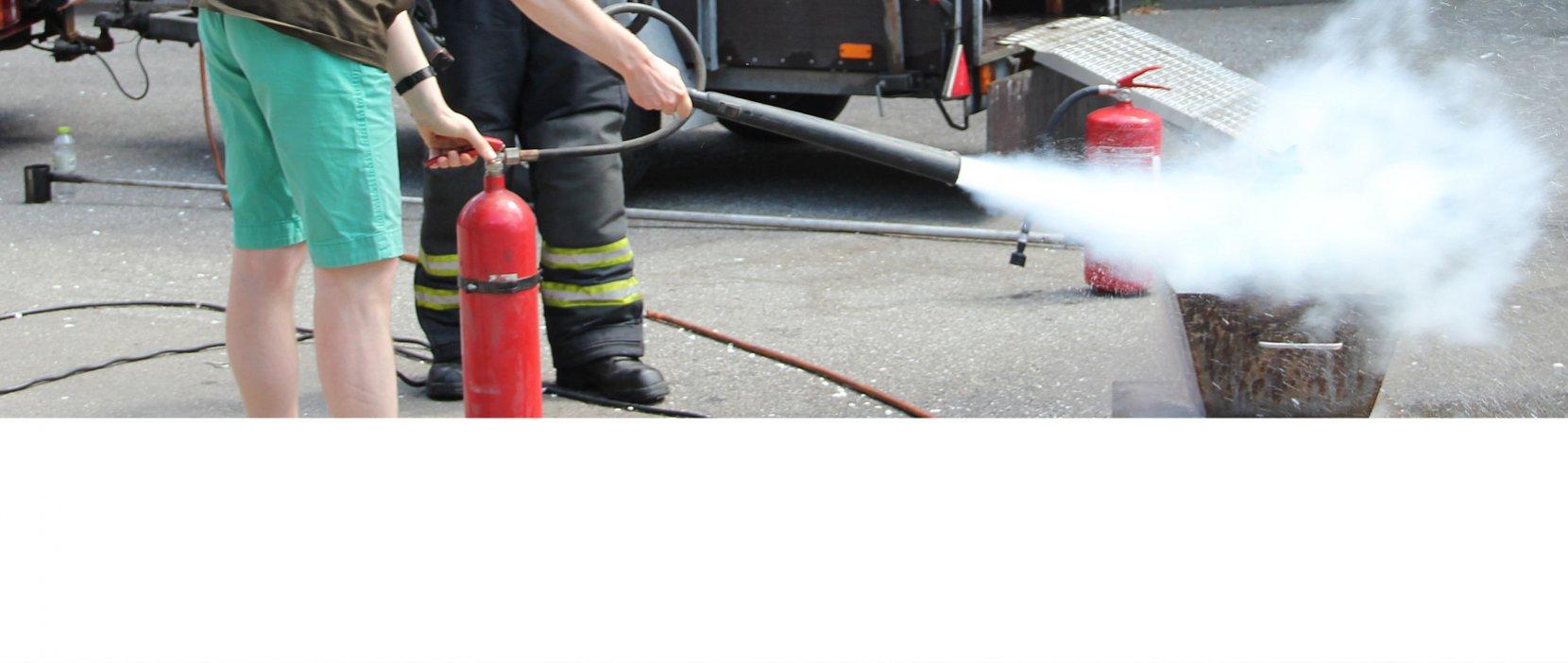 Lærken var med da vi kunne prøve at bruge ildslukkere
