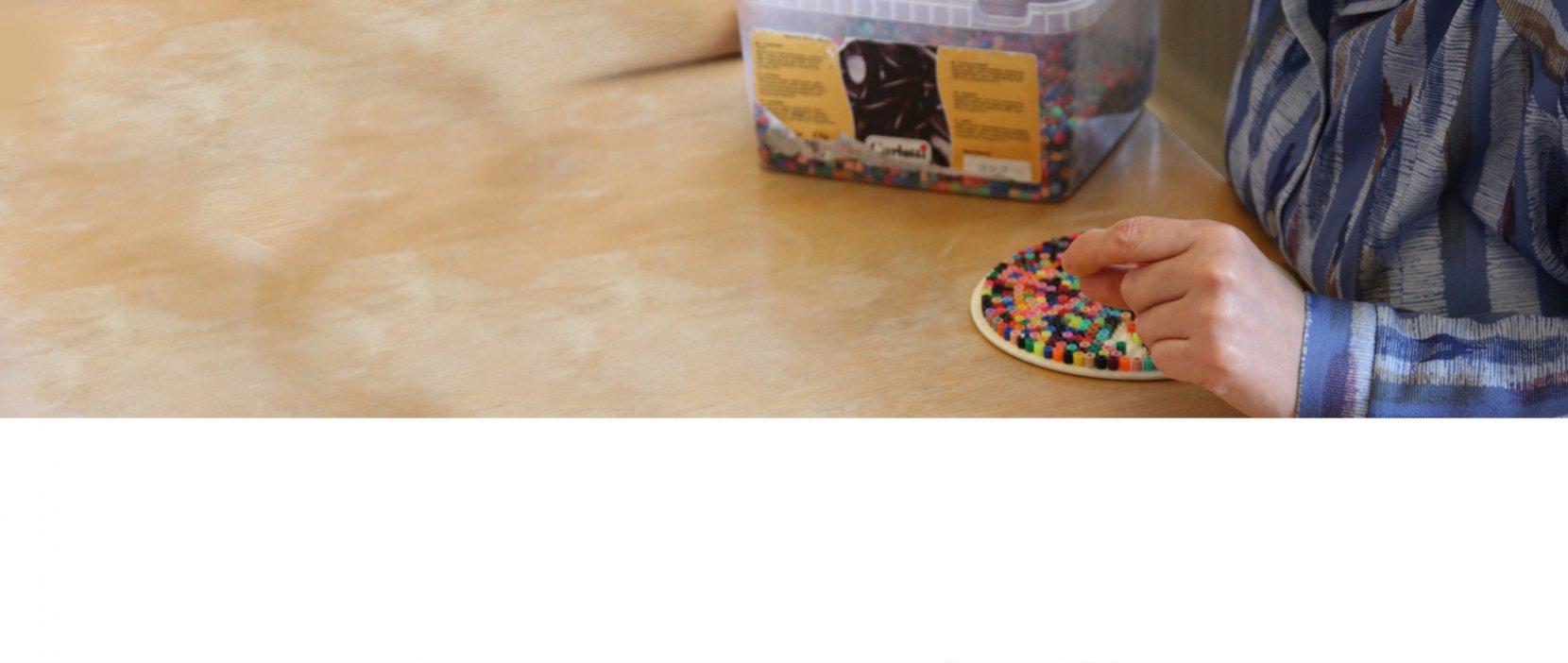 Rund perleplade fyldes med farvede perler