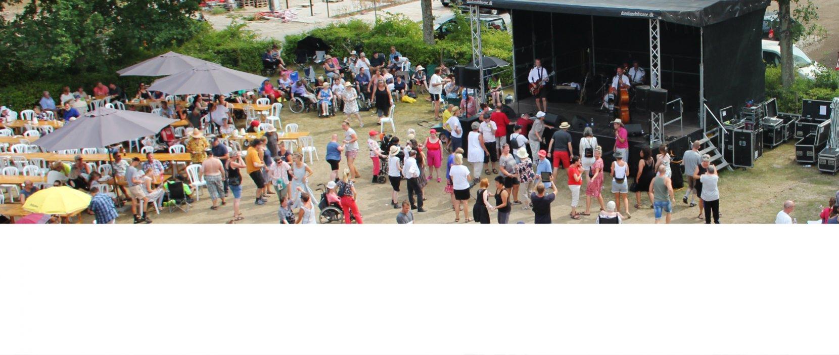 Oversigt over festivalpladsen set fra trappen udenpå Hus 7