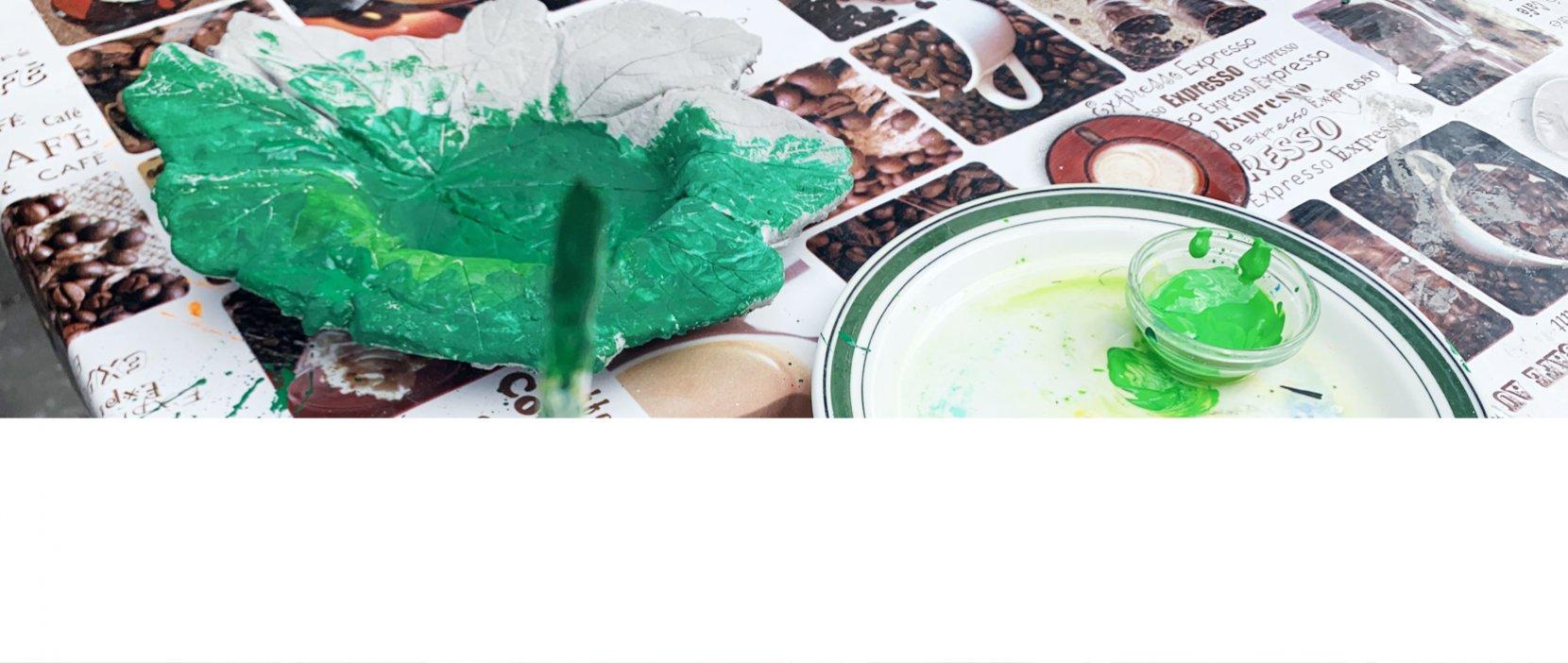 Produkt fremstillet i betonværkstedet males med grøn farve